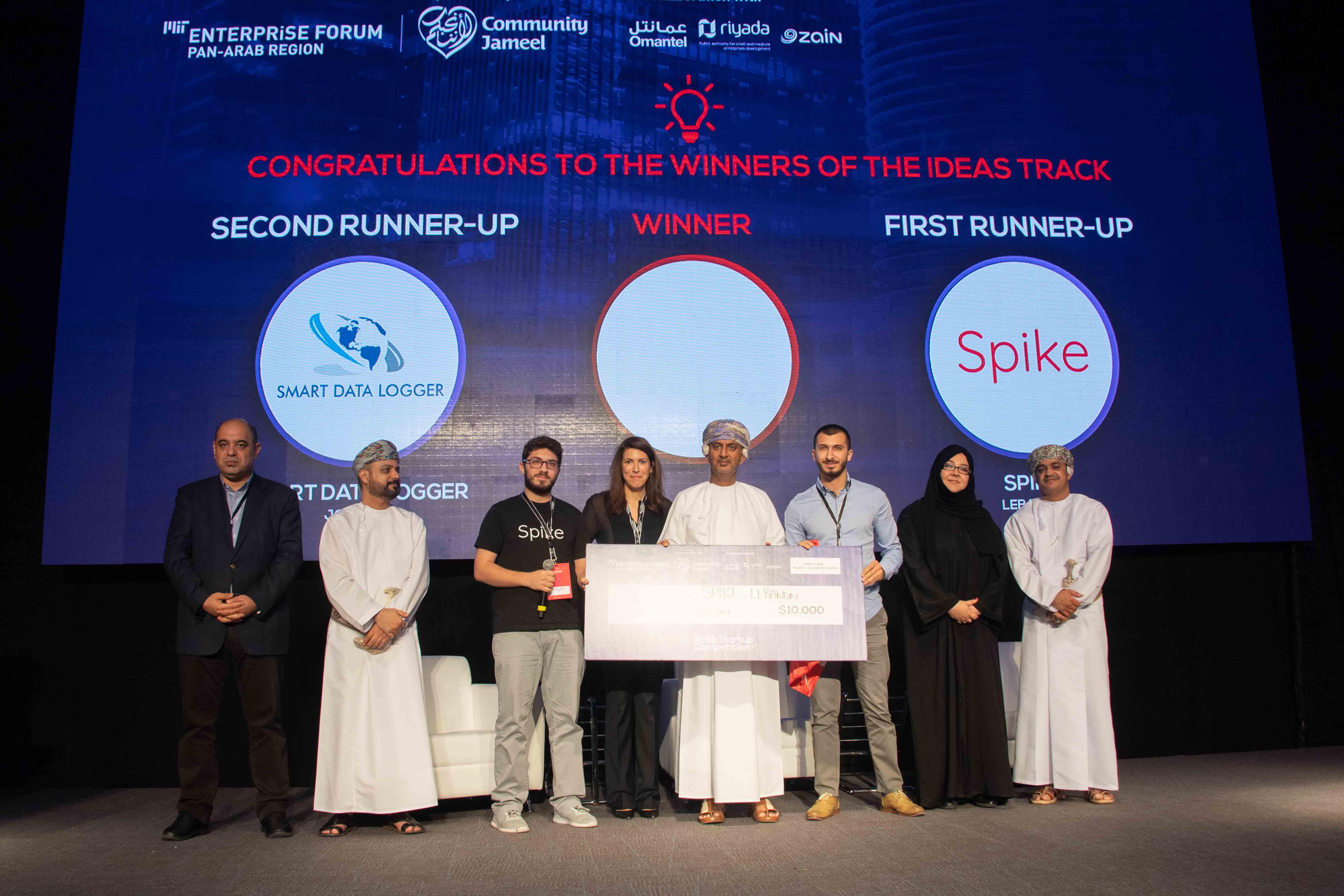 """مؤسسو """"سبايك"""" يتلقّون جائزتهم في نهائيات مسابقة الشركات العربية الناشئة في عُمان"""